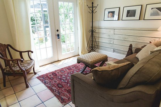 Granville, OH: Sitting area and pull out queen sofa in the Carriage House Suite