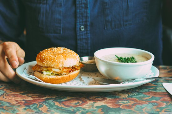 Trout River, Canadá: The fish burger with a side of seafood chowder