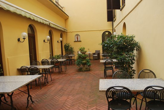 San Lino: Patio tables for breakfast