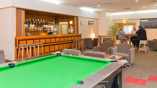 Distinction Whangarei Hotel & Conference Centre: Hotel Bar with Pool Table