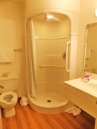Motel 6 Santa Rosa: Bathroom totally renovated