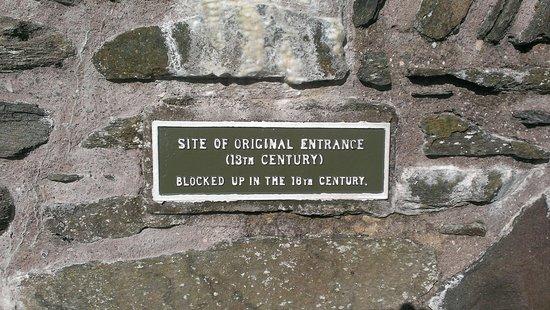 Lochranza, UK: Explanation of hole in wall