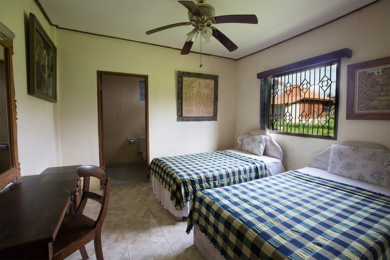 Sadguna Homestay: 2 Single Beds with ensuite overlooking the rice fields.