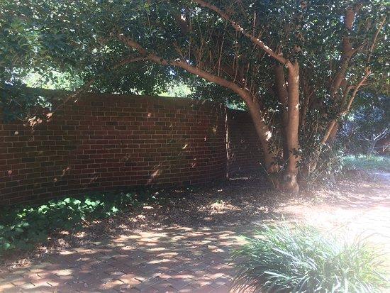 Aiken, Carolina del Sur: Historic Curved Brick Wall