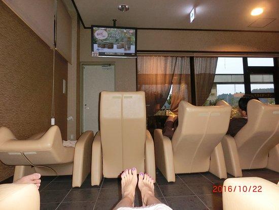 10個程のリクライニングソファーの前はテレビが1つだけ!