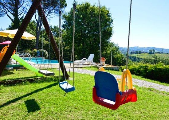Coltavolino, Italia: La piscina ed il giardino