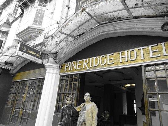 Pineridge Hotel: Hotel front