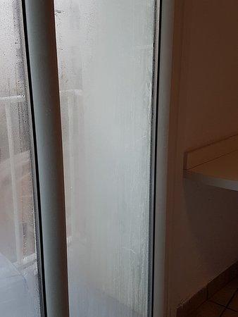 Hotel Laurence: fenêtre de la chambre qui dégouline d'humidité