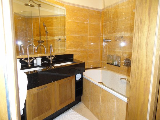 Quisisana Palace: Bath/shower, sinks in separate room from toilet.