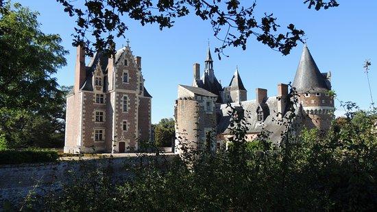 Lassay-sur-Croisne, França: Une vue de l'arrière dans le parc