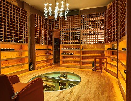 رياض نوار ديفوار: 3000 wine bottles cellar