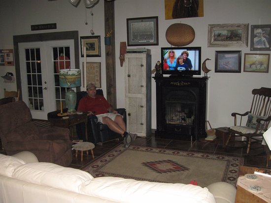 Perryville, AR: Living Room - Entrance to left of Recliner. Full Kitchen to left of white sofa.