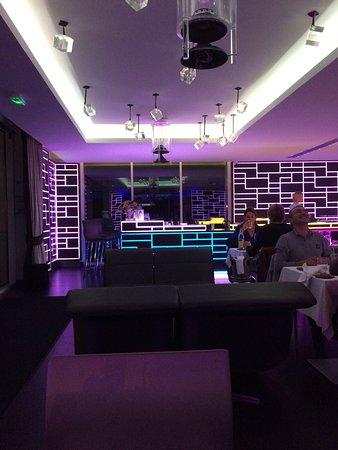 Kube Hotel-St Tropez : Je ziet het modern ingerichte restaurant met zachte kleurrijke ledverkleuring. Vanuit het restau