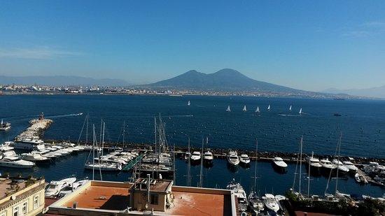 Il Golfo di Napoli ed il Vesuvio visto dalla terrazza dei cannoni ...