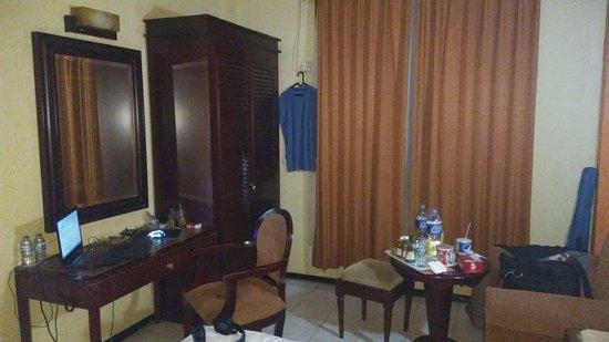 Hotel Menteng I: habitacion con mesa sillas y otra mesa pequena para comer, para i fue perfecto para trabajar.