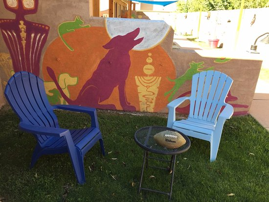 Kokopelli Lodge & Suites: Comfy front yard chairs