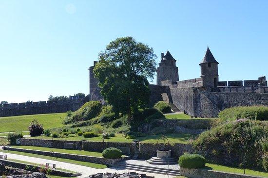 Fougeres, France: cours intérieure