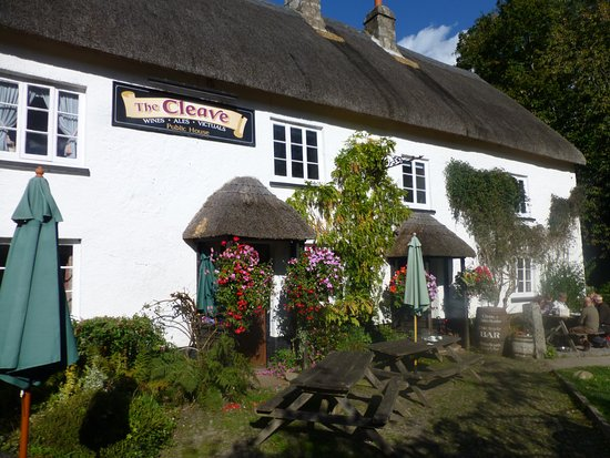 Lustleigh, UK: Front of pub and garden
