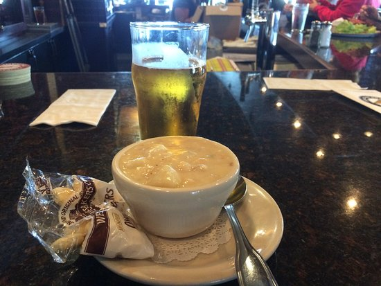 Pacific City, OR: Chowder is great any day- warm or cold, dry or wet. Top that with a brew and you have a great co