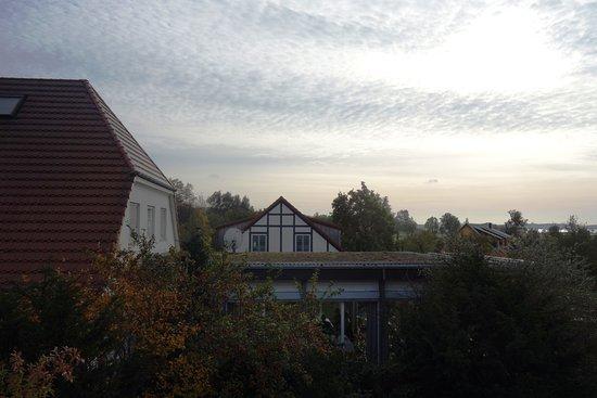 Sagard, Alemanha: Blick aus dem DG-Fenster in den Garten und zum großen Bodden