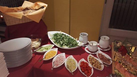 bistro 911 salat mit beilagen auf dem buffet