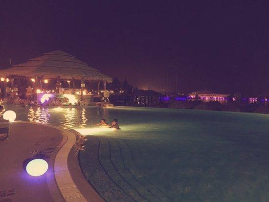 Le Meridien Mina Seyahi Beach Resort and Marina: Pool Area