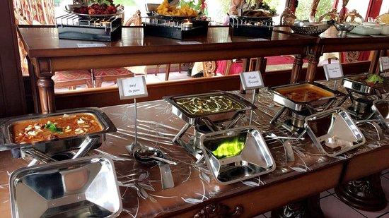 Pully, Switzerland: Buffet à volonté lundi au vendredi midis avec 8 plats, 3 entrées chauds,8 salades et 2 desserts.