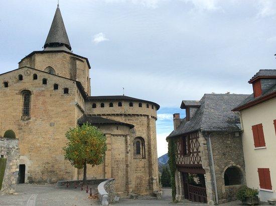 Les Rochers Hotel: l abbaye de saint Savin à côté de l'hôtel
