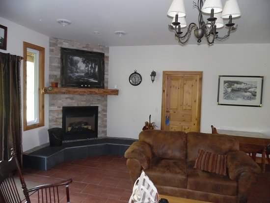 Plantagenet, Kanada: Living room with fireplace