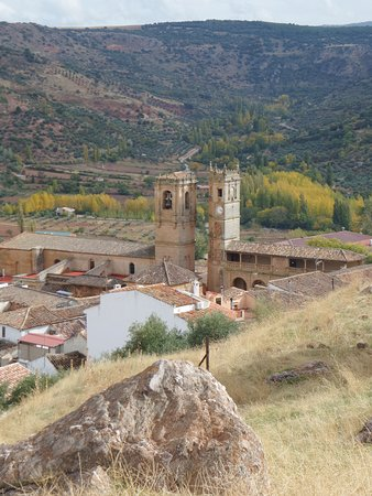 Alcaraz, España: The village from the top of the hill. Two Churches ? Whats the story behind that...