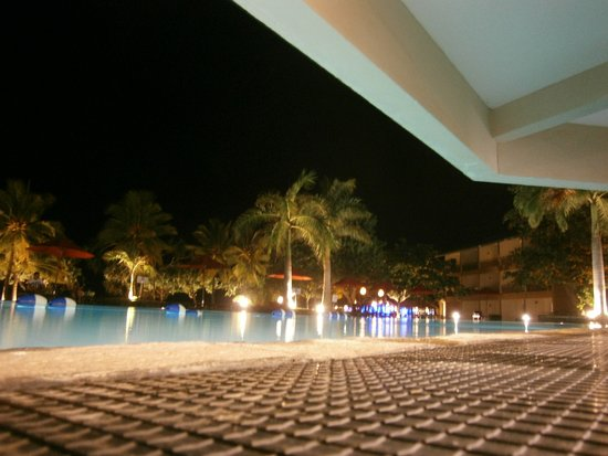 The Palms Hotel: Pool at night from bar area