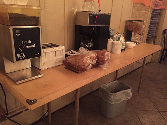 Forest City, IA: This is s photo of the continental breakfast 10/32/16: two kinds of bread and a toaster!!  Cold