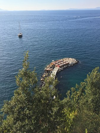Grand Hotel Cocumella: Hotel's private dock for sunning and swimming