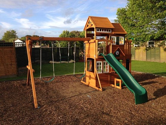 Rustington, UK: Playground in the garden