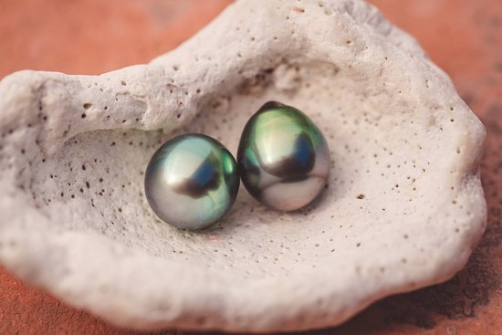 Moorea, Fransk Polynesia: Two beautiful baroque pearls I can't stop looking at.
