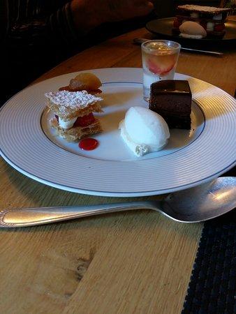 Orne, France : Assortiment de desserts (millefeuille, fondant chocolat, glace Litchi etc..)