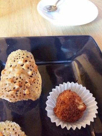 Orne, France : Servi avec le café: rocher coco et tuile très fine au caramel avec des noisettes