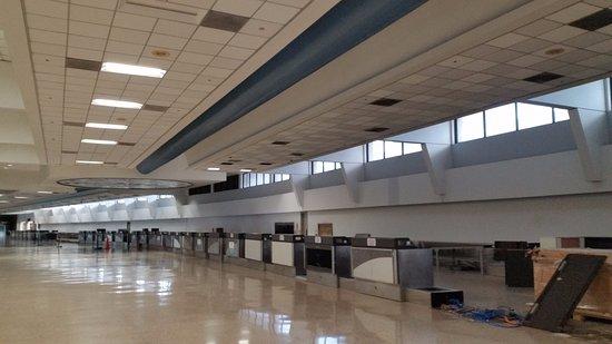 San Juan Airport Hotel: The depressing defunct terminal near the hotel entrance.