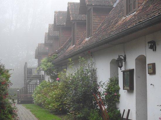 Ferme des Chartroux: l'entrée de l'hôtel (attenant à la ferme)