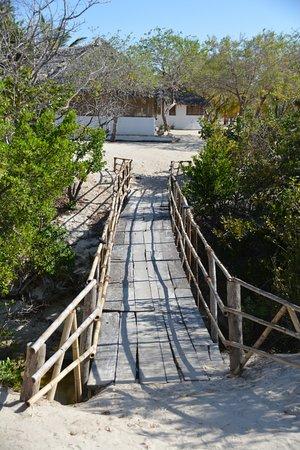 Guludo Beach Lodge: Brücke hinüber zur Bar
