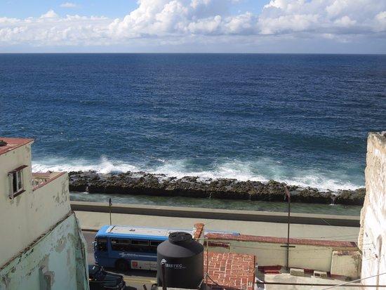 Casa Colonial Yadilis y Joel: vista desde la terraza al malecon