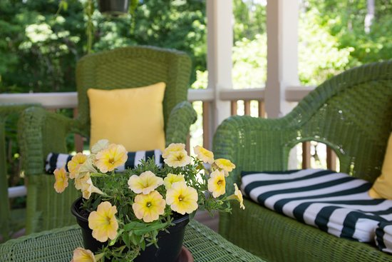 Brook Farm Inn: Close up of the front porch....hear the music from Tanglewood Institute.