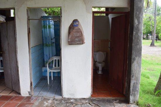 Barra de Santiago, El Salvador: There is no door to the shower, and it opens up to the restaurant!