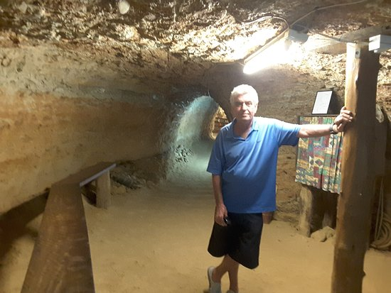 Rubyvale, Australia: Yes you can stand 54 feet below the ground!