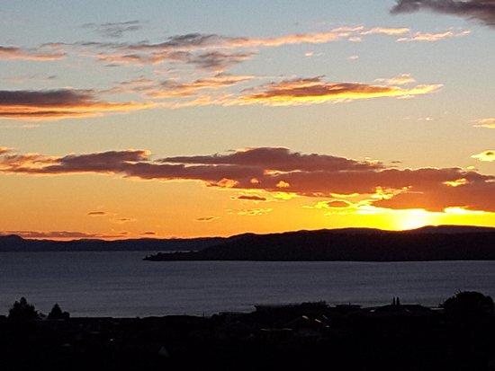 هيلتون ليك توبو: Sunset from room 141