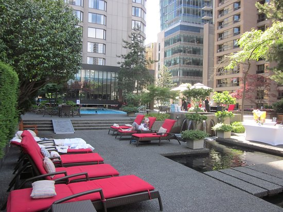 Four Seasons Hotel Vancouver: Pool area and garden.