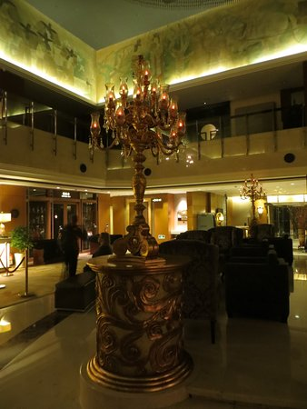Grand Noble Hotel: Even with lights dimmed around midnight it was still impressive