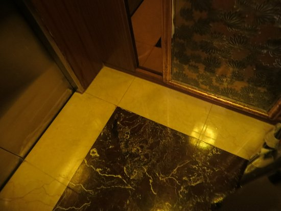 Grand Noble Hotel: Marble floors inside the elevator