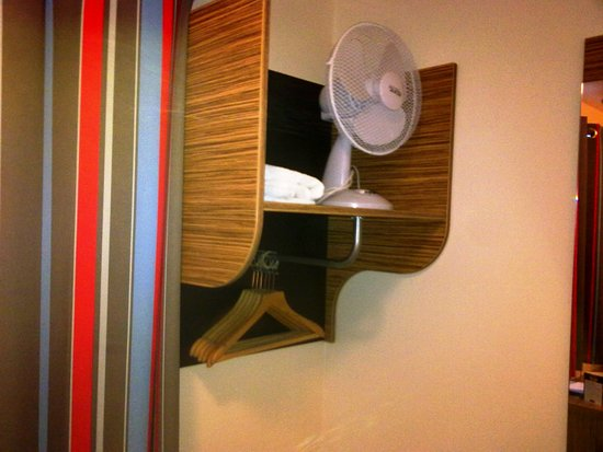 Travelodge Stafford Central Hotel: Inadequate and dangerous storage
