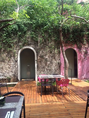 Rosas & Xocolate Boutique Hotel & Spa: Lovely restaurant courtyard
